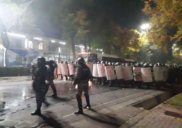 Разгон митингующих, недовольных результатами выборов в Жогорку Кенеш на площади Ала-Тоо в Бишкеке