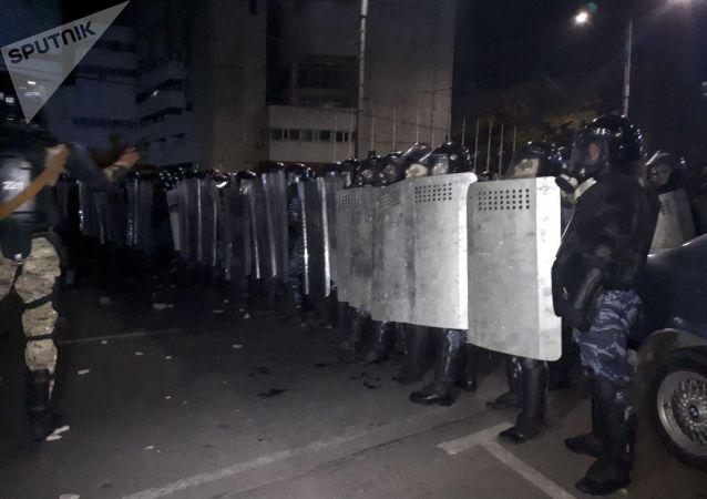 Разгон митингующих против результатов выборов в Жогорку Кенеш на площади Ала-Тоо в Бишкеке