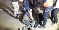 Раненный во время разгона митингующих против результатов выборов в Жогорку Кенеш на площади Ала-Тоо в Бишкеке