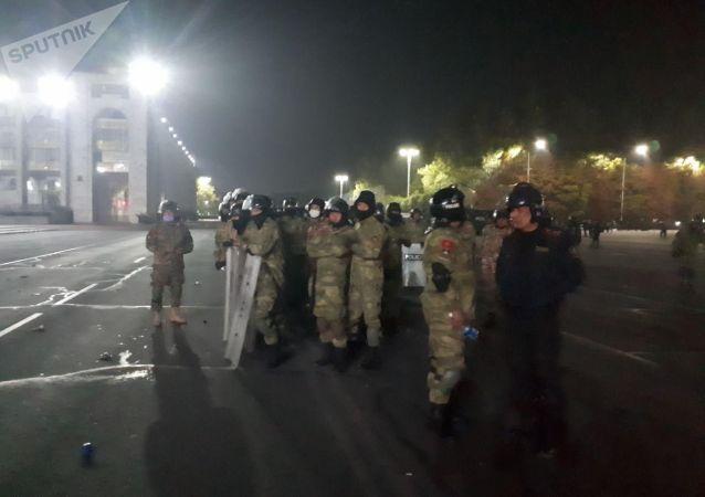 Сотрудники правоохранительных органов на площади Ала-Тоо после разгона митингующих, недовольных результатами выборов в Жогорку Кенеш