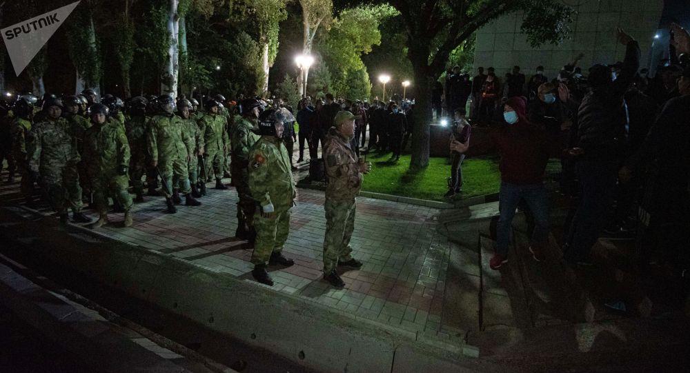 Беспорядки после разгона митингующих, недовольных результатами выборов в Жогорку Кенеш