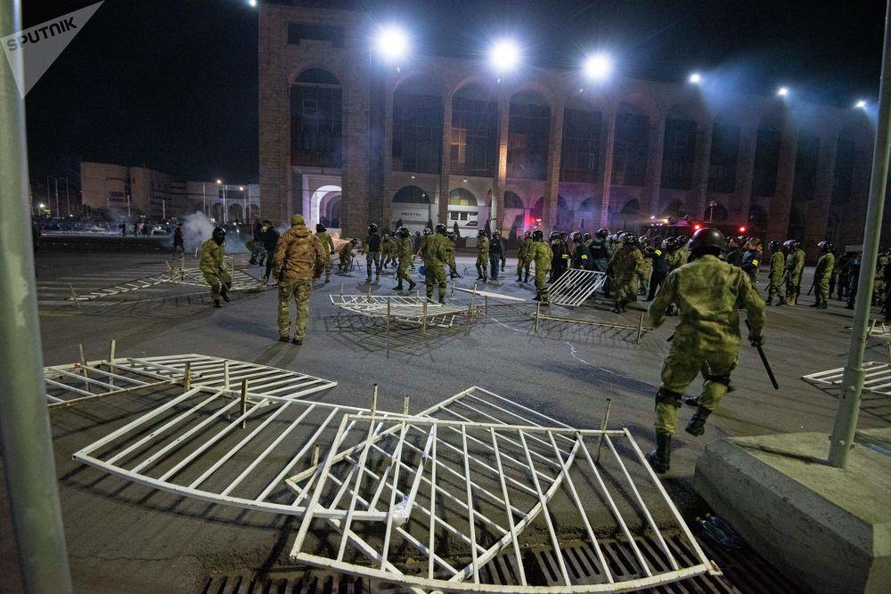 Милиция митингге чыккандарды бир аз убакытка Ала-Тоо аянтынан сүрүп чыгып, бирок көп өтпөй кайрадан тирешүү башталган.