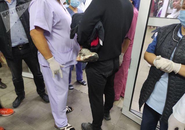 Сотрудники Бишкекского научно-исследовательского центра травматологии и ортопедии во время работы на фоне митингов в Бишкеке