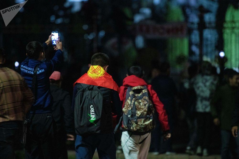 Бишкектин борборунда түшкө маал башталган митинг милиция куугунтукка алганга чейин созулду. Кечинде милиция менен митингчилердин кагылышуусу болду.