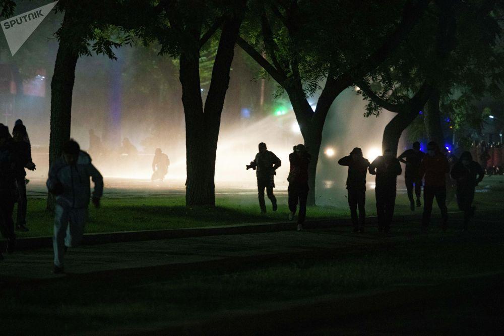 Митингчилерди таратууга милиция кулак тундуруучу каражаттарды жардырып, суу чачууда.