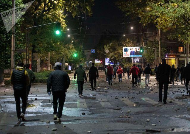 Парламенттик шайлоо аяктагандан кийин Бишкектеги баш аламандык. Архив