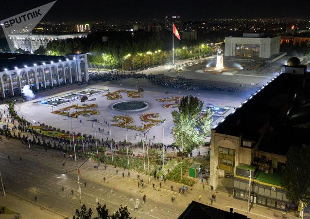 Вид на площадь Ала-Тоо в Бишкеке с высоты, где сотрудники правоохранительных органов пытаются оттеснить протестующих после митинга, недовольных результатами выборов в Жогорку Кенеш