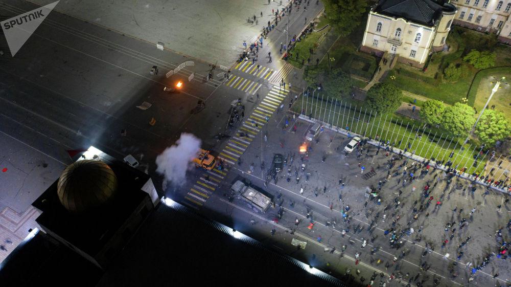 Протестующие попытались штурмовать ворота Белого дома,  начались столкновения с милицией