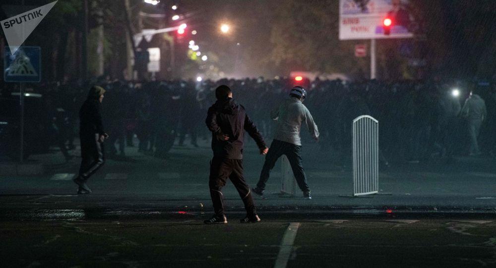 Столкновения сотрудников правоохранительных органов и протестующих против результатов выборов в Жогорку Кенеш   на площади Ала-Тоо в Бишкеке