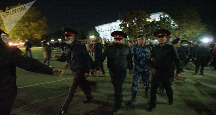 Сотрудники правоохранительных органов на площади Ала-Тоо в Бишкеке, после разгона митингующих, недовольных результатами выборов в Жогорку Кенеш
