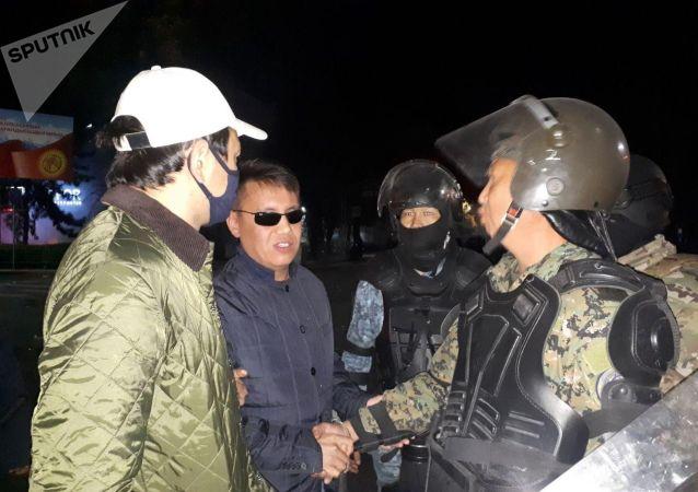 Депутат Дастан Бекешев встречается с сотрудниками МВД после митинга граждан и представителей партий, недовольных результатами выборов в Жогорку Кенеш