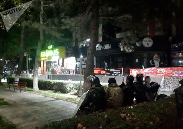 Сотрудники МВД у бывшего ТЦ Бета Сторес после митинга граждан и представителей партий, недовольных результатами выборов в Жогорку Кенеш