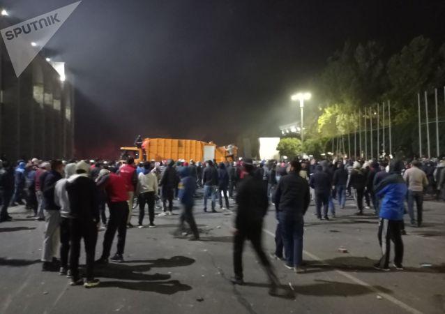 Беспорядки после митинга граждан и представителей партий, недовольных результатами выборов в Жогорку Кенеш