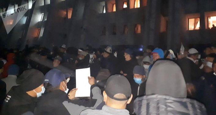 Захваченный Белый дом митингующими, недовольными парламентскими выборами