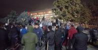 Митингчилер Жогорку Кеңештин дарбазасын талкалап киришти.