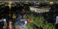 На кадрах можно увидеть с высоты птичьего полета ситуацию на площади Ала-Тоо, а также увидеть Белый дом.