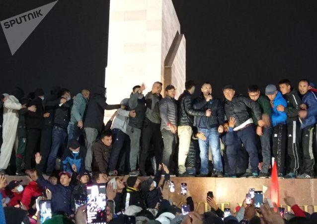 На площадь привезли осужденного и освобожденного сегодня политика Садыра Жапарова.