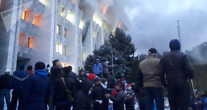 Горит Белый дом на площади Ала-Тоо