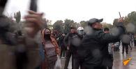 Столкновения милиционеров с митингующими на улицах Бишкека закончились примерно в 03:00. Было сожжено несколько машин, правоохранители применяли спецсредства, протестующие использовали камни, дубинки и арматуру.