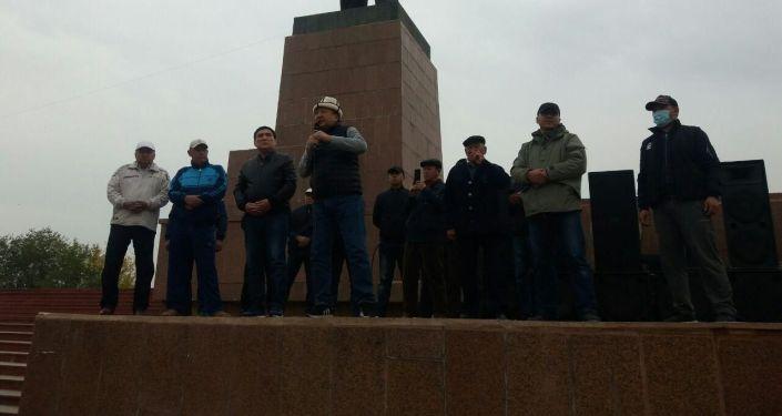 Асылбек Жээнбеков на митинге граждан и представителей партий, недовольных результатами выборов в Жогорку Кенеш в Оше