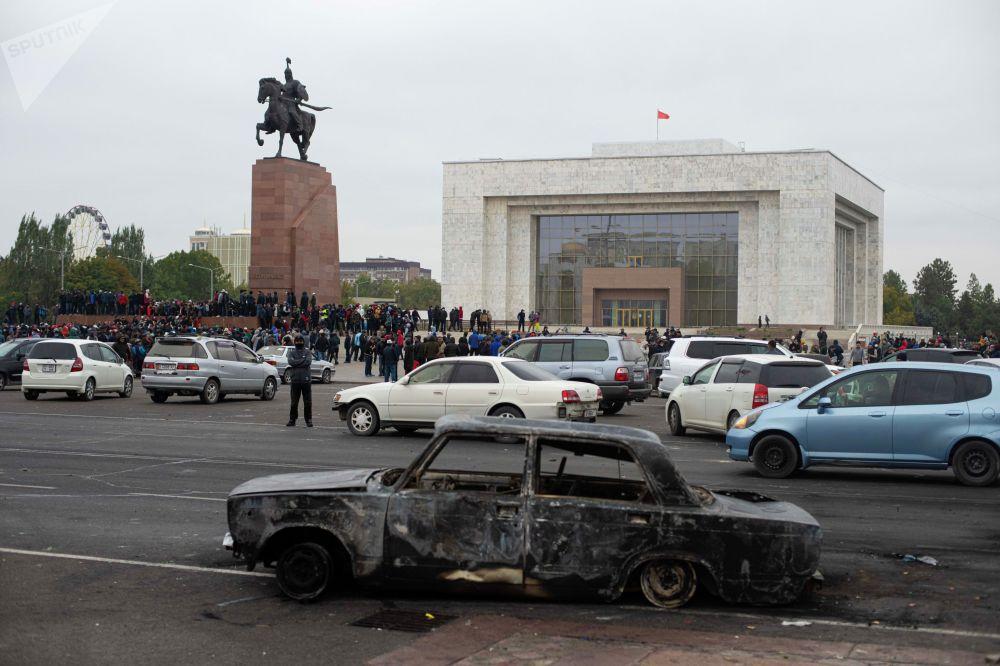 Правоохранители применяли спецсредства, протестующие использовали камни. Были сожжены несколько машин.