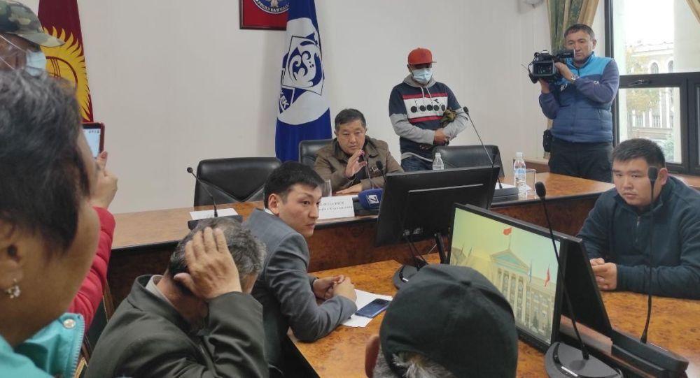 Бишкек мэринин кабинетинде отурган Жоошбек Коеналиев