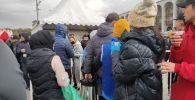 На площади Ала-Тоо в Бишкеке волонтеры предлагают всем желающим воду, горячий чай, булочки, лепешки и плов.