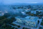 Пожар в здании Белого дома, после штурма митингующими в Бишкеке после окончания парламентских выборов