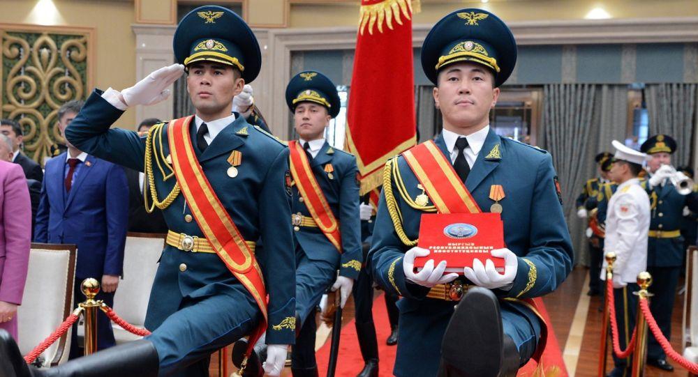Кыргызстандын желегин жана Конституциясын көтөрүп бараткан Улуттук гвардиянын жоокерлери. Архив