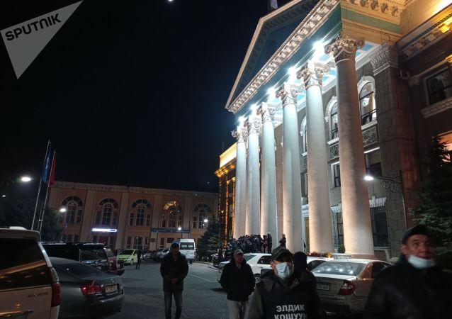 Народные дружинники дежурят у здания мэрии города Бишкек