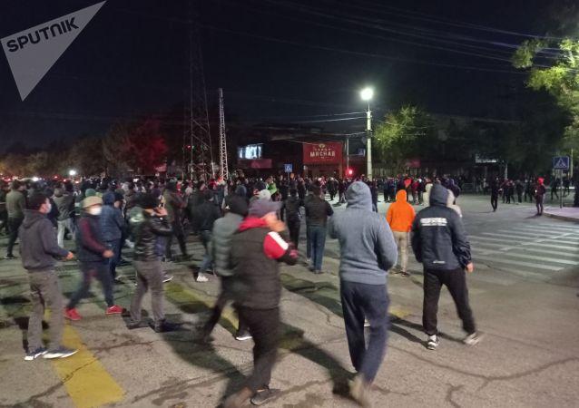 Толпа на улице Байтик-баатыра Медерова в Бишкеке