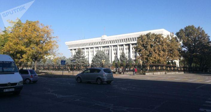 Площадь Ала-Тоо в Бишкеке после ночных беспорядков, вызванных митингами из-за результатов парламентских выборов