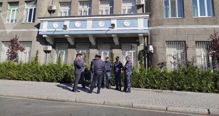 Сотрудники милиции на Старой площади у здания Верховного суда в Бишкеке после ночных беспорядков, вызванных митингами из-за результатов парламентских выборов