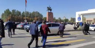 На площади Ала-Тоо проходит митинг. Демонстранты выступают с призывами допустить к власти молодых.