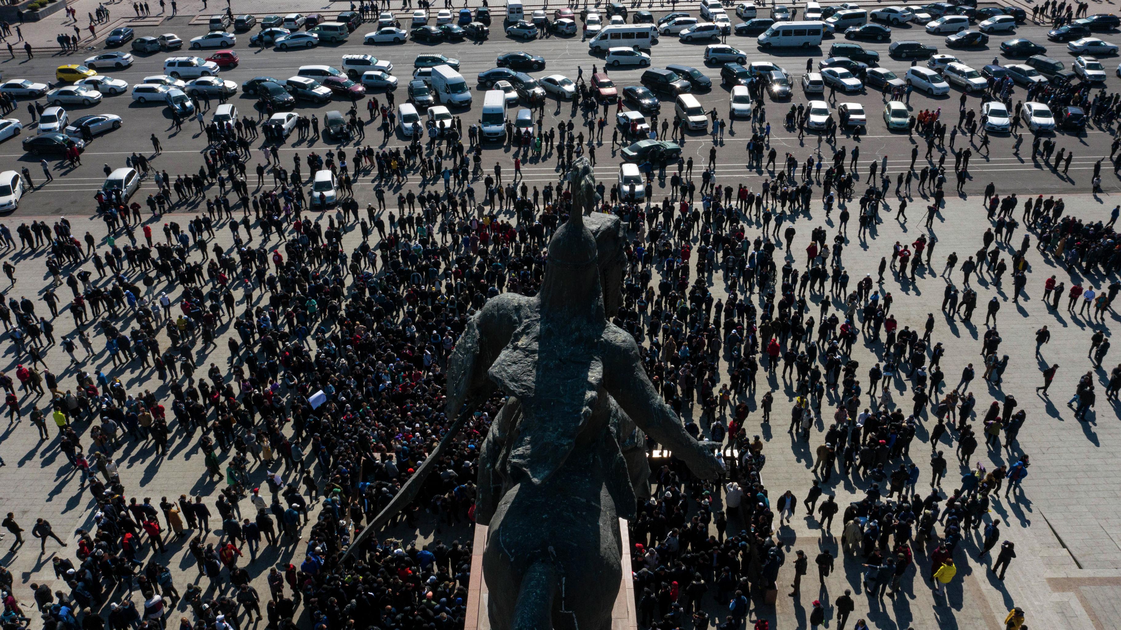Бишкек шаарынын Ала-Тоо аянтындагы Манас баатырга тургузулган эстеликтин алдындагы митинг