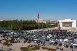 Участники митинга на площади Ала-Тоо в Бишкеке выступающих за то, чтобы к власти пришла молодежь