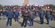 Митинги на центральной площади города Ош после окончания парламентских выборов