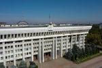 Вид с высоты на здание Жогорку Кенеша после захвата митингующими в Бишкеке 5 октября. Архивное фото