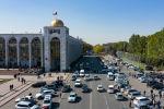 Вид на транспорт на проспекте Чуй с высоты в Бишкеке
