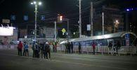 Дружинники на одной из улиц Бишкека ночью.