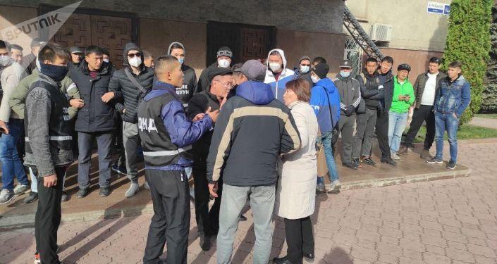 Дружинники собрались у здания правительства КР в Бишкеке. 08 октября 2020 год