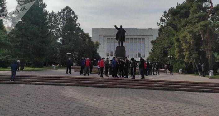 Люди собравшиеся возле памятника Ленину на старой площади в Бишкеке. 08 октября 2020 года