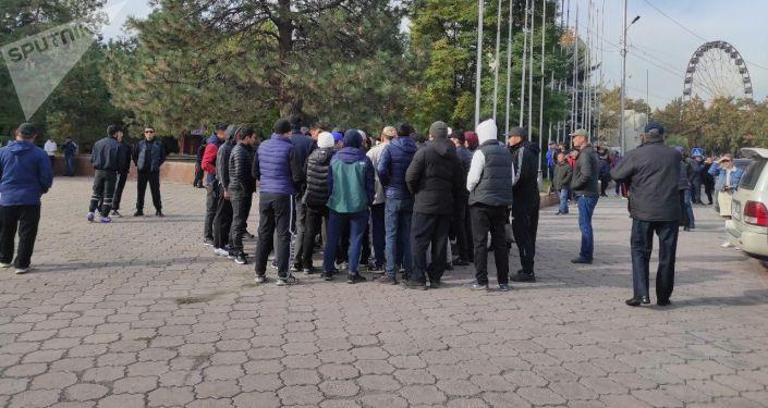 Люди собравшиеся на старой площади возле здания правительства в Бишкеке. 08 октября 2020 года