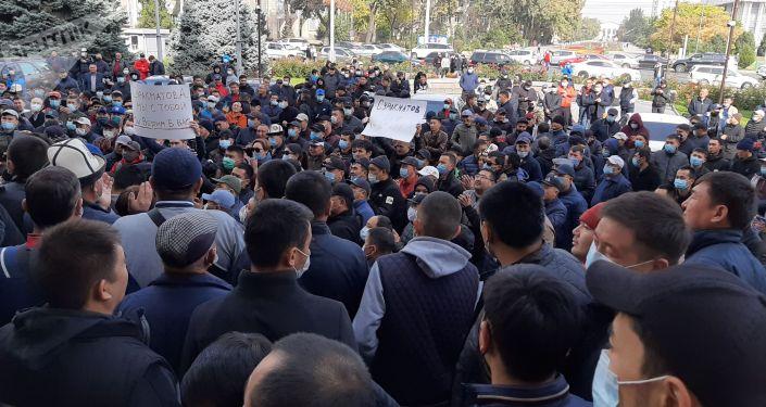 У здания мэрии Бишкека проходит митинг в поддержку Азиза Суракматова. 08 октября 2020года