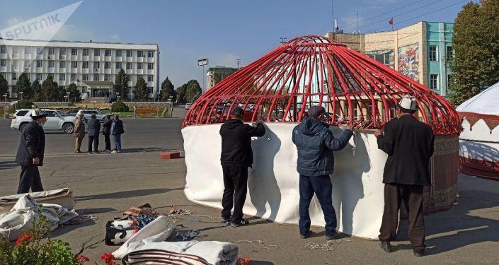 Юрты на центральной площади города Ош. 08 октября 2020 года