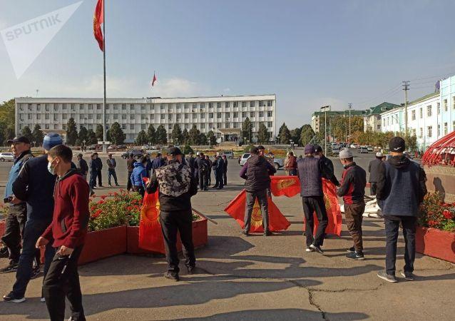 Люди с флагами КР на центральной площади города Ош. 08 октября 2020 года