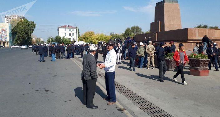 Люди на центральной площади города Ош. 08 октября 2020 года
