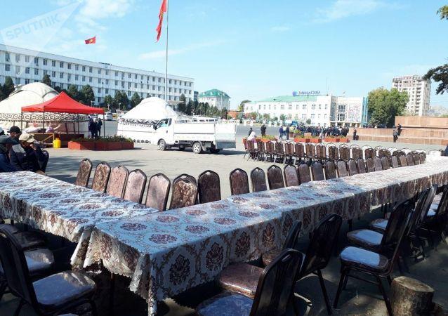 Расставленные столы и стулья на центральной площади города Ош. 08 октября 2020 года