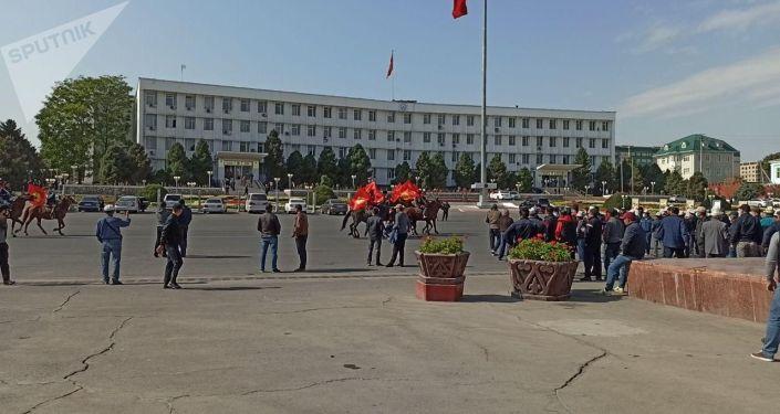 Люди на лошадях на центральной площади города Ош. 08 октября 2020 года