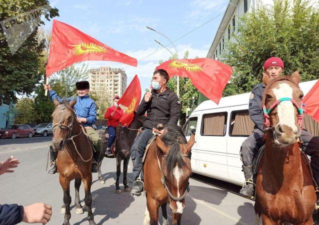 Всадники на лошадях и с флагами на площади Ош на митинге. 8 октября 2020 года